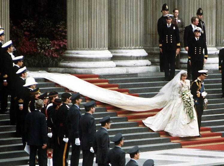 黛安娜王妃當年婚禮中身穿由設計師大衛伊曼紐爾設計的白紗禮服,拖著近800公分的裙...