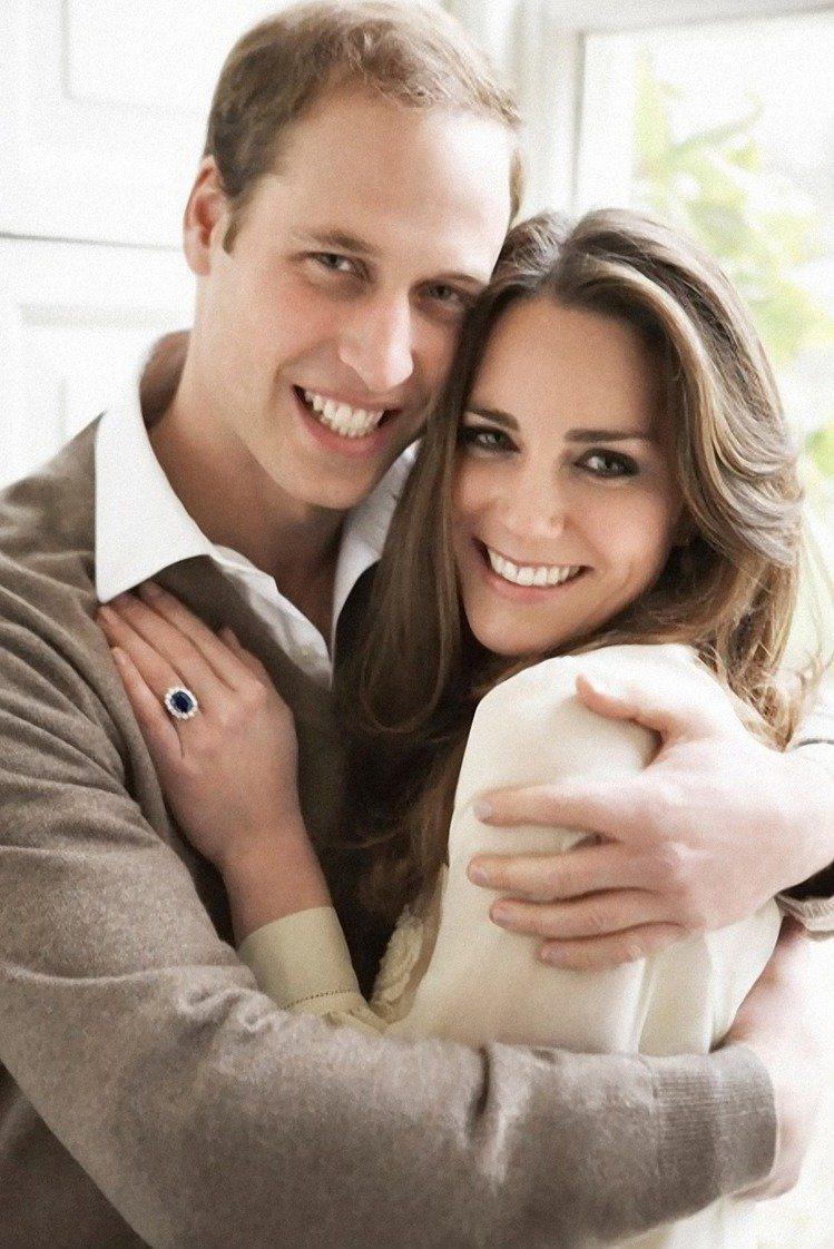 凱特手上的訂婚戒是查爾斯王子當年向黛妃求婚時使用的藍寶石戒指。圖/BRUNELL...