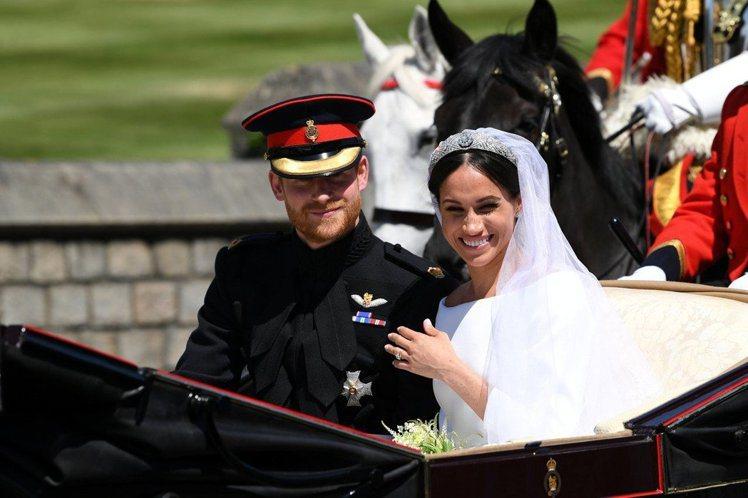 梅根的皇冠由英國女王伊莉莎白二世出借,傳承自瑪麗皇后的The Filigree鑽...