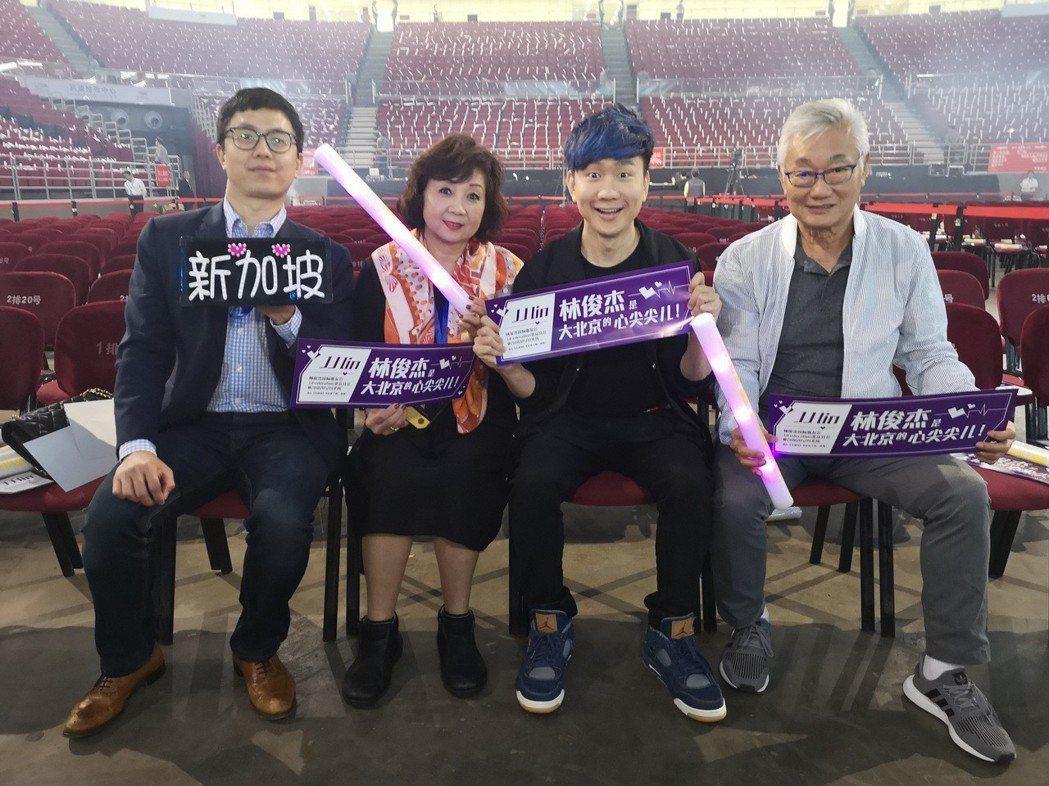 林俊傑演唱會,哥哥(左一)、媽媽及爸爸都到場支持。圖/JFJ Productio...