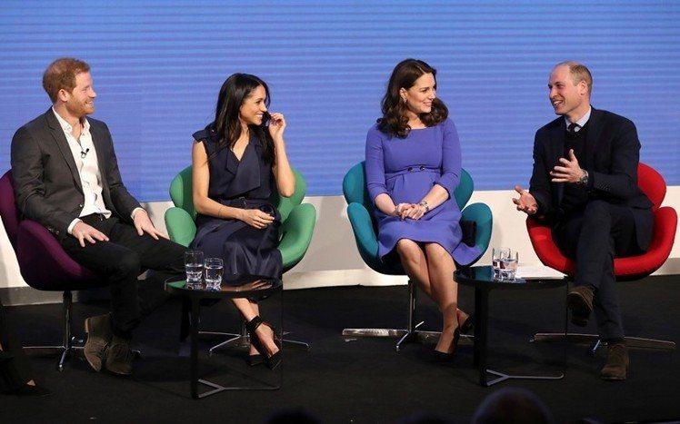 英國王室女性坐下時,膝下必須朝同一方向斜放。圖中由左至右分別為哈利王子、梅根、凱...
