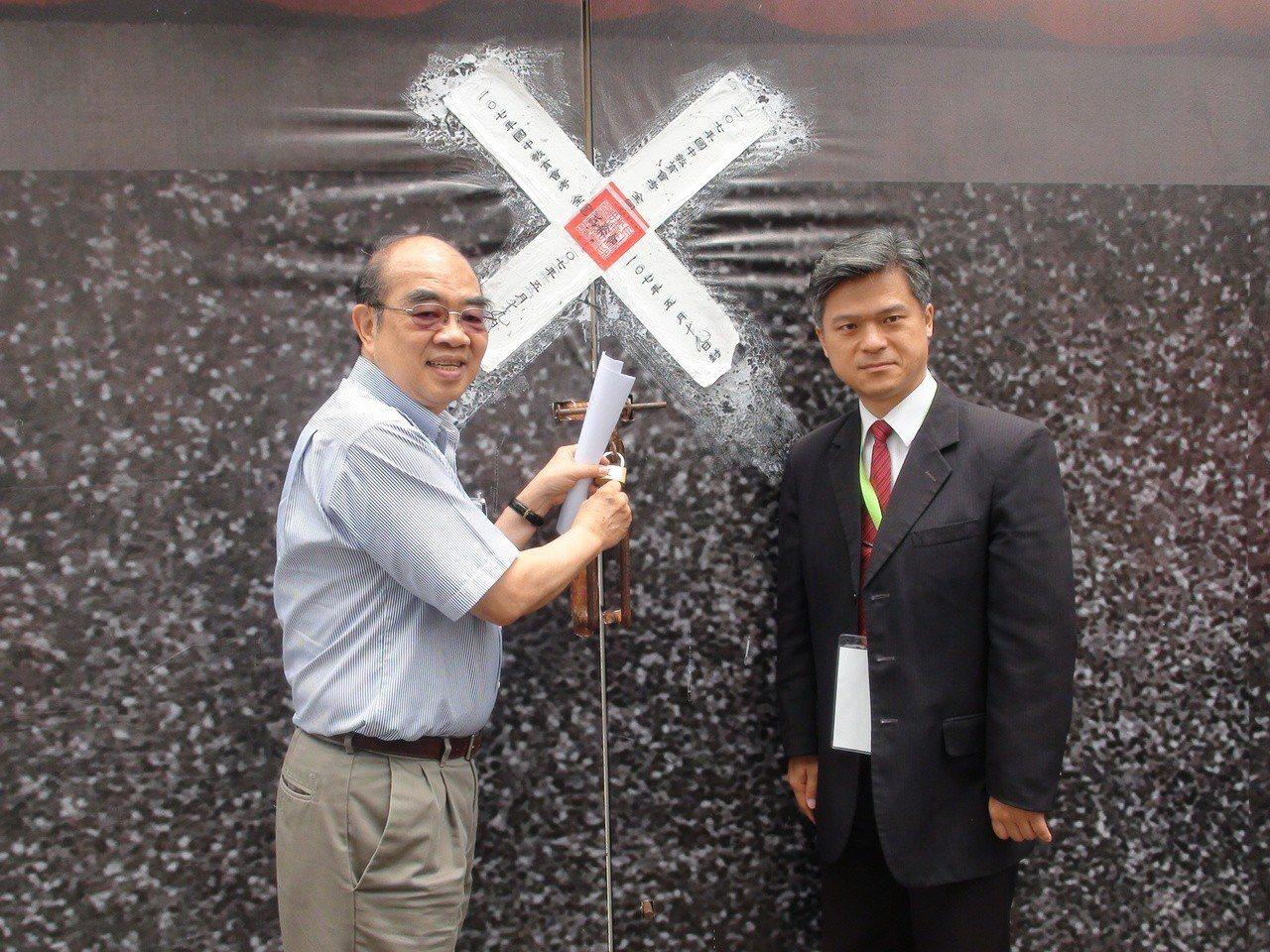 教育部長吳茂昆(左)今日親赴台中豐原啟闈。記者余采瀅/攝影