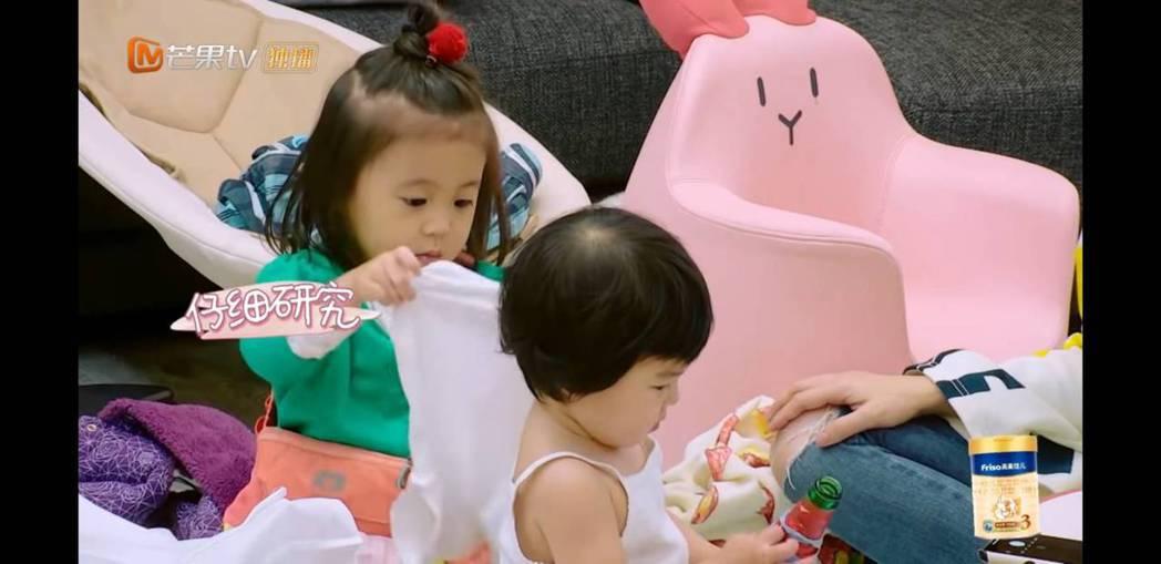 咘咘細心幫Bo妞穿衣服。圖/截圖自youtube