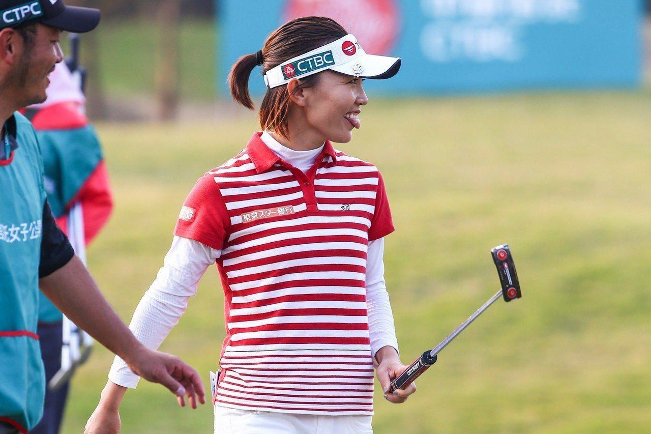 台灣高球女將盧曉晴在英國女子公開賽打出8鳥、3柏忌,低於標準桿5桿的67桿,在首...