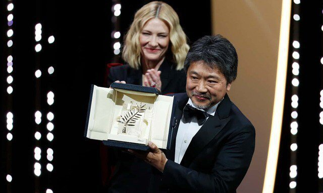 是枝裕和從坎城評審團主席凱特布蘭琪手中拿下金棕櫚獎。(路透)