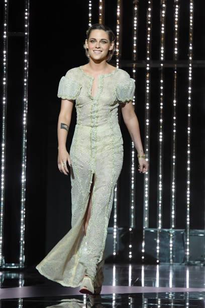 克莉絲汀史都華延續本屆穿衣堅持,同樣以香奈兒服飾登場,善盡品牌大使責任。圖/摘自...
