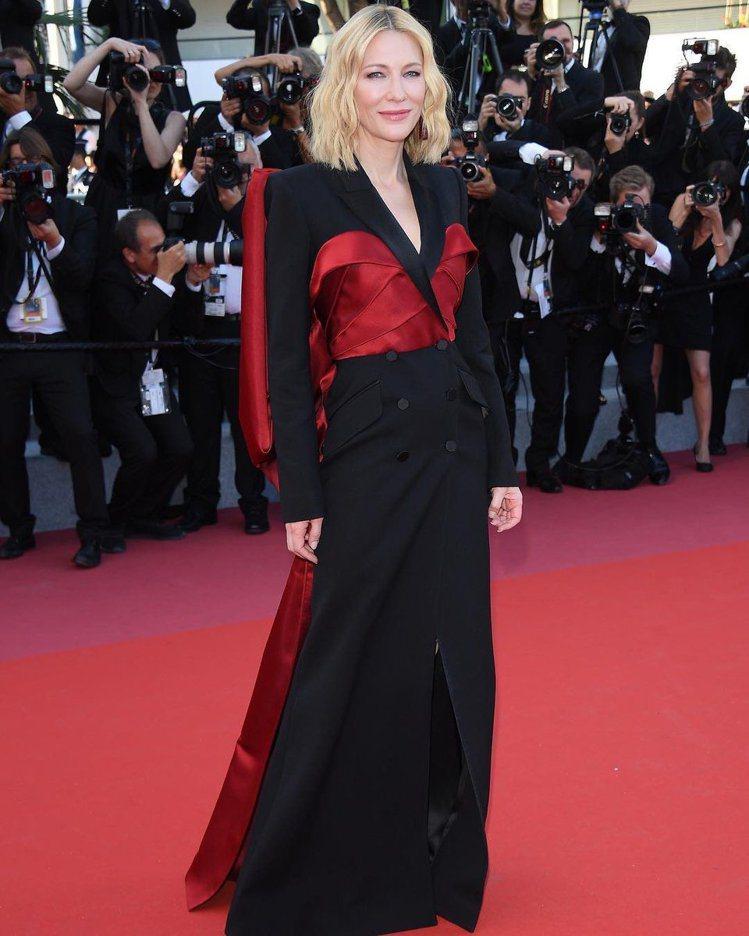 凱特布蘭琪在閉幕式穿上Alexander McQueen的紅黑拼接雙排扣禮服,可...