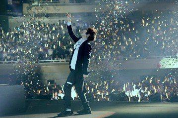 樂團五月天「人生無限公司」演唱會19日、20日前進日本,三度登上武道館開唱,日本樂團GLAY助陣並同台飆唱歌曲Dancin'Dancin'氣氛嗨爆,讓主唱阿信笑說,大家終於醒了,...