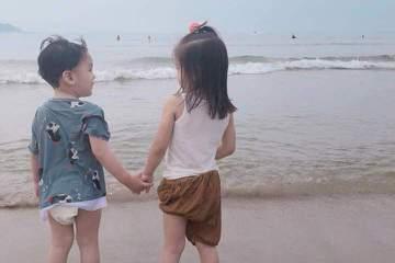 賈靜雯在臉書po出與修杰楷帶2個女兒咘咘及Bo妞到海邊玩的照片,表示:「忽然的放假時光抓著孩子們一起海邊走走,說走就走,隨興玩,沒泳衣依然能下水,享受大自然對孩子們是最好的保養。日落前的玩耍晚上好吃...