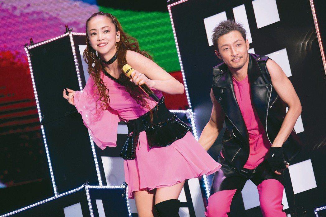 安室奈美惠(左)與男舞者熱歌勁舞。 圖/超級圓頂提供