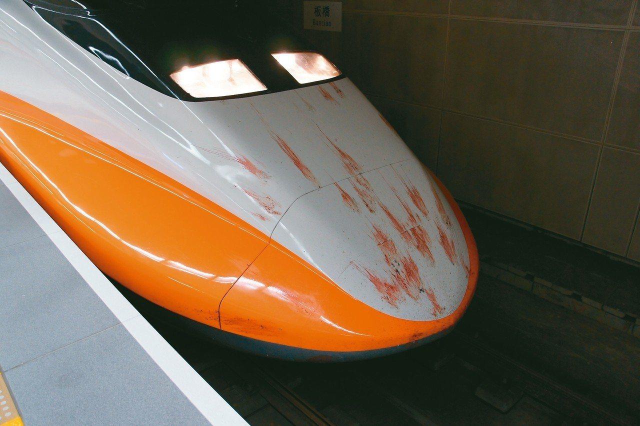 高鐵列車撞擊野鳥留下血跡斑斑景象,令人怵目驚心。 圖/蔡嘉陽提供