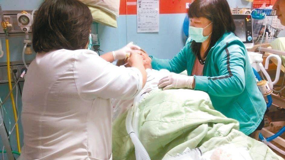 南投縣地區醫院衝門診業績,對住院病人較輕忽,衛生局發文要求醫院不宜偏廢。 記者張...