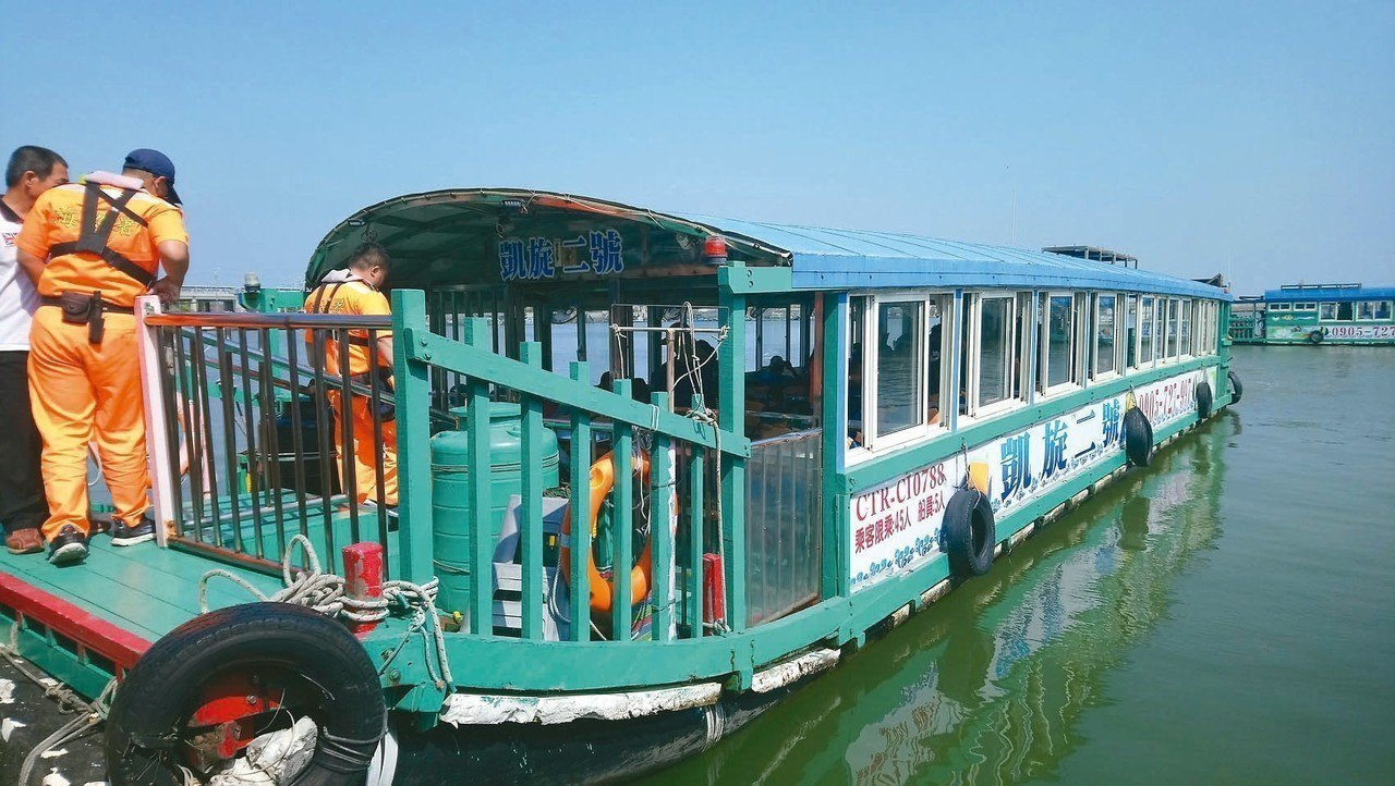 遊客可搭乘觀光漁筏出港登上外傘頂洲。 記者卜敏正/攝影