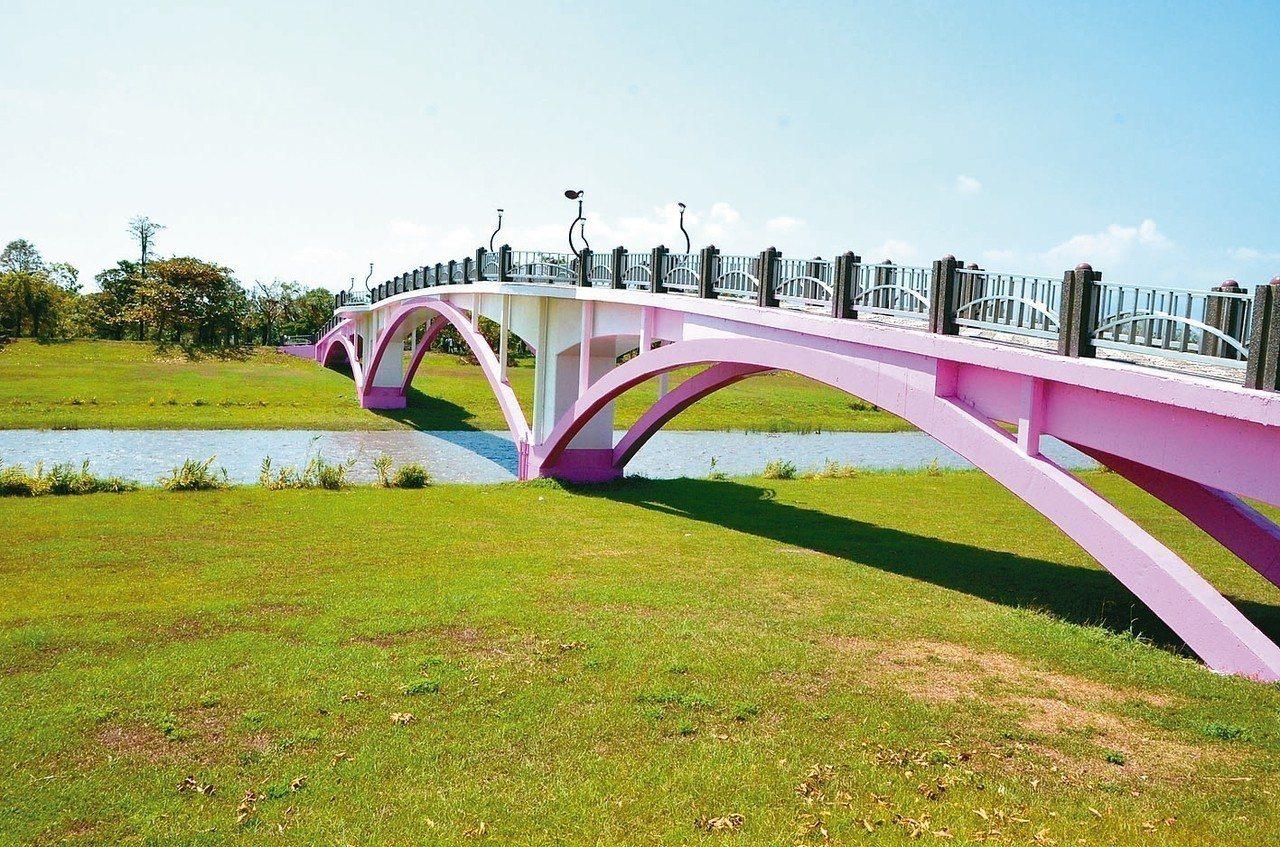 今年宜蘭七夕情人節選定安農溪畔分洪堰園區舉行,溪上粉紅橋將變身鵲橋。 三星鄉公所...