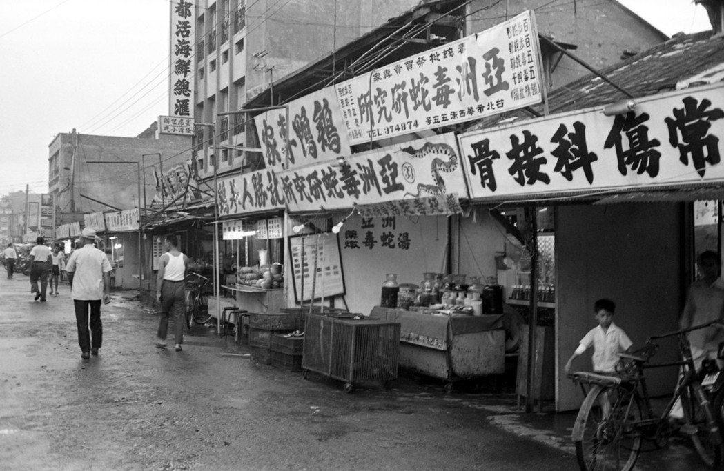數十年來「蛇街」就是華西街的代名詞,外國觀光客也以「snake alley」來稱...