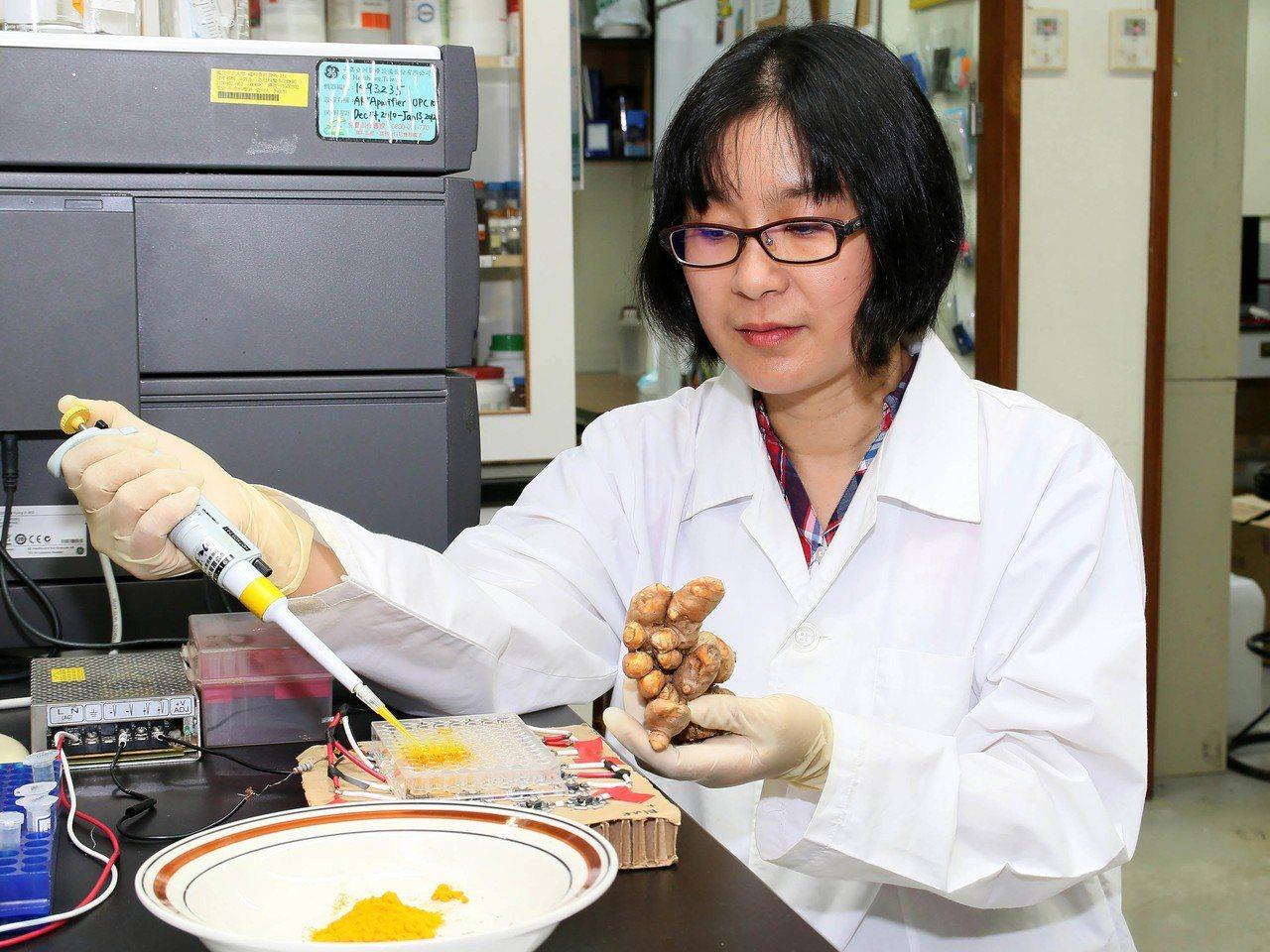 中正大學生物醫學科學系副教授李政怡(圖)21日發表「光驅動」薑黃的治癌方法,這項...