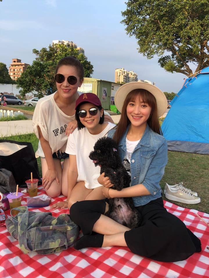 小禎(左)與朋友出外野餐,曬出全身照露出修長腿。 圖/擷自小禎臉書