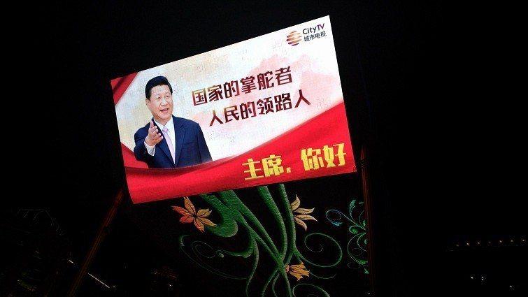 北京世貿天階的長螢幕上,習近平跟大家問好,人民得用仰角觀看。圖/親子天下(許家齊攝影)