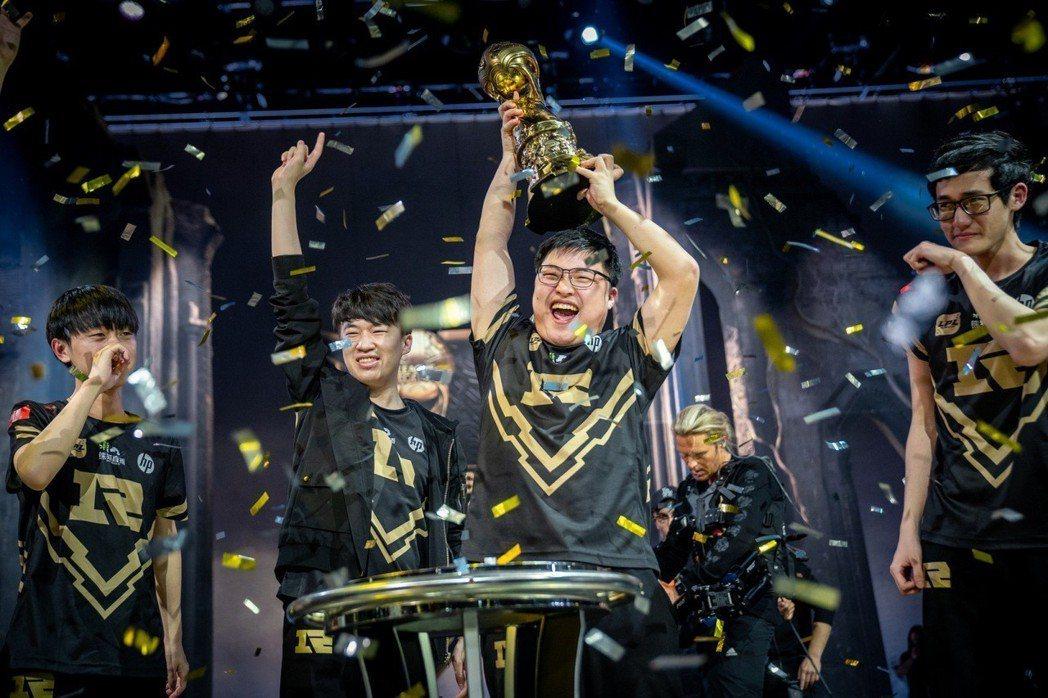 RNG 本次奪冠大功臣 Uzi 興奮舉起冠軍金盃歡呼。 (Riot 提供)。