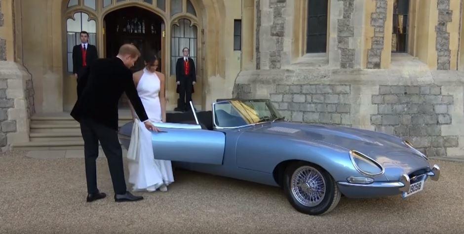 哈利王子夫婦開著這台天藍色的E-Type Concept Zero離開溫莎堡。 摘自Guardian News影片
