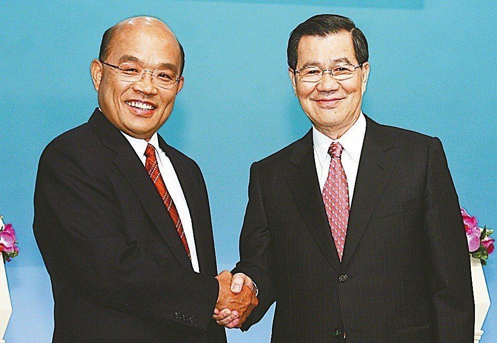 2008年國民黨副總統候選人蕭萬長(右)、民進黨副總統候選人蘇貞昌(左),出席第...