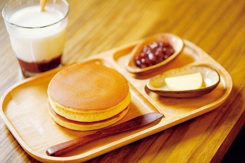 うさパンケーキ(USA鬆餅)¥650/食用方法很獨特,用手拿起餅皮後輕輕對折, ...