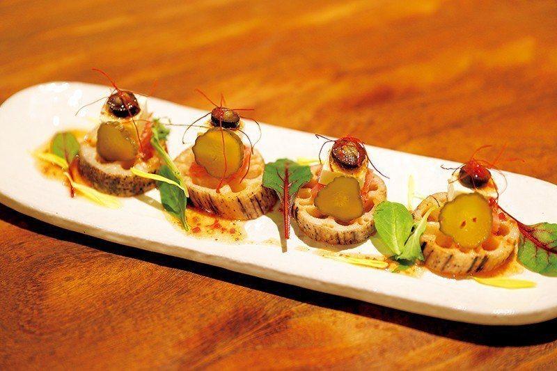 れんこんカナッペ(蓮藕開胃小菜)¥740/炸過的厚切蓮藕看起來像切片的法國麵包,...
