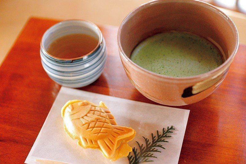 小鯛焼 ¥270/個/本店也可內用,搭配抹茶的套組 ¥756,內餡的紅豆,是產於...