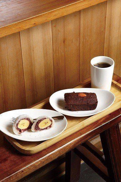 香蕉大福45元(前)/糯米粉製成的大福,加入台灣在地香蕉,口感真實不甜膩。巧克力...