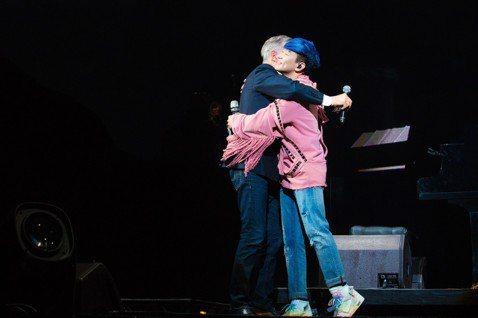 林俊傑的的「聖所」巡演北京站20日落幕,因為剛好又是520,他在高唱「小酒窩」時,全場觀眾高舉發光的紅玫瑰大合唱,氣氛溫馨浪漫,JJ於是跟著向全場大喊:「520快樂!」西洋音樂教父David Fos...