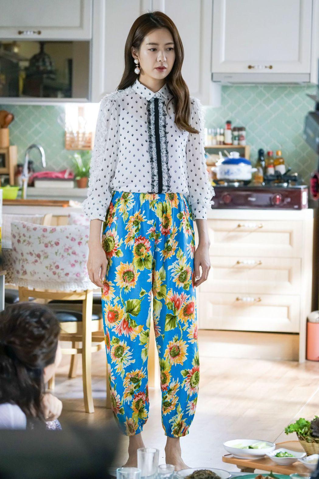李瑤媛在戲中飾演貴婦,穿著大嬸褲模樣超可愛。圖/緯來戲劇台提供