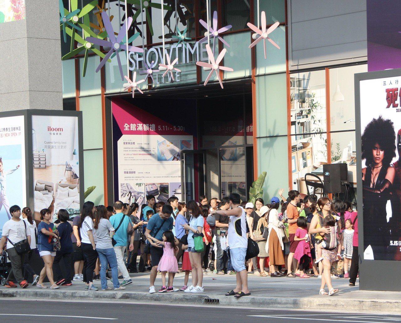 新北市樹林第1家購物影城「秀泰生活樹林店」上周試營運,湧進大批人潮,本周六正式開...
