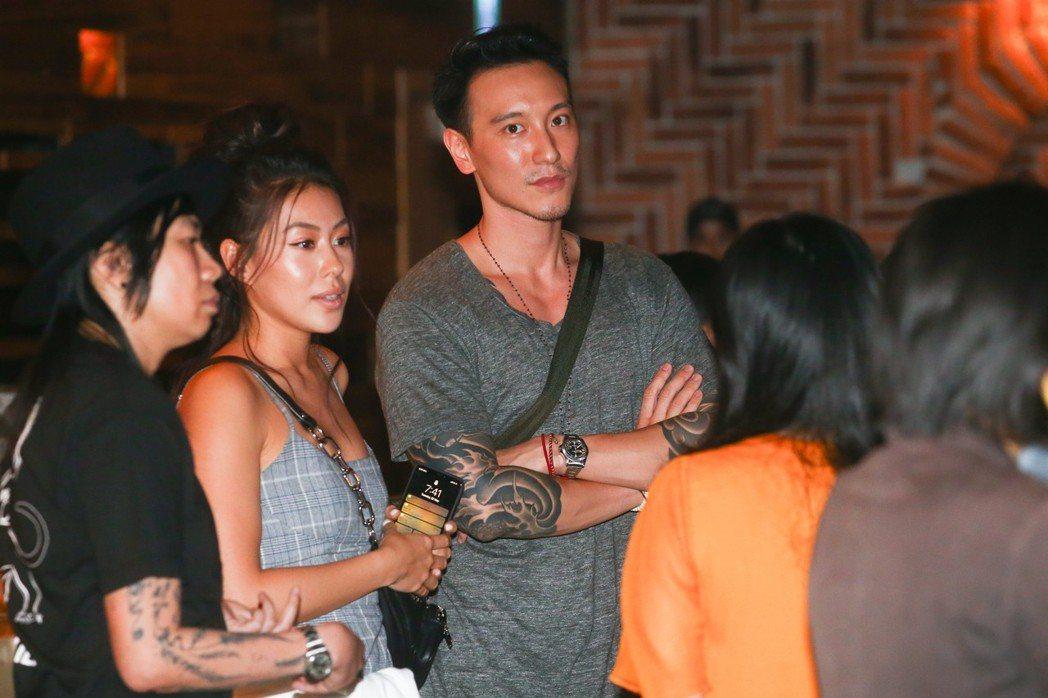 Rhye萊恩樂團台北演唱會,藝人王陽明(右)與蔡詩芸(中)夫妻檔也來聽演唱會。記...