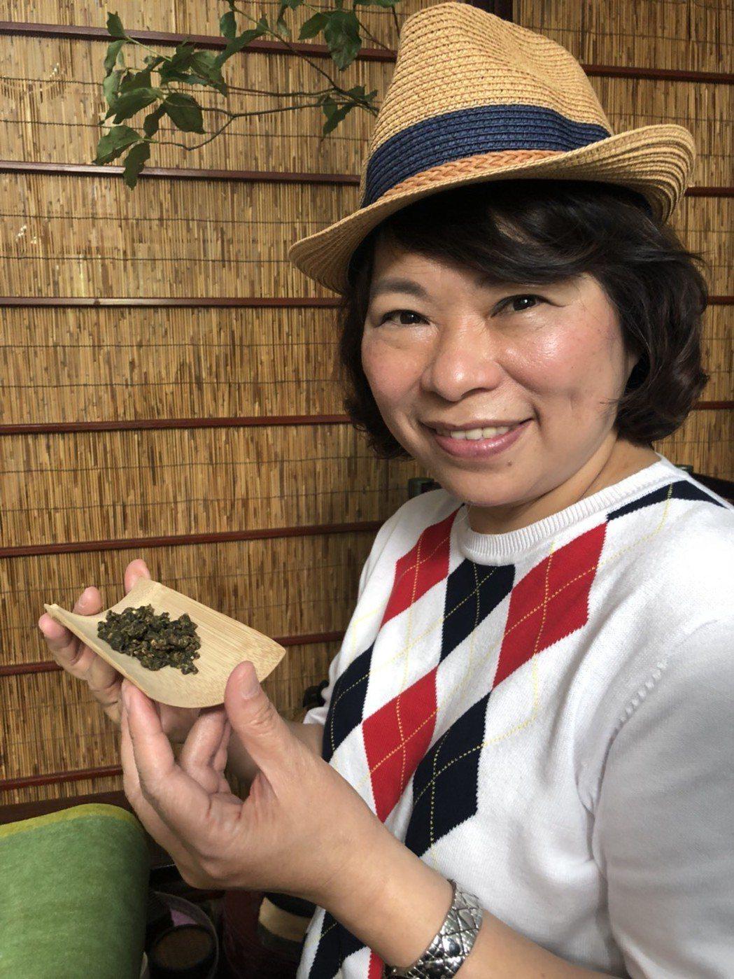 披藍袍回鍋參選嘉義市長的黃敏惠說,她與助理會一起管理臉書,不會完全假手他人。 記...