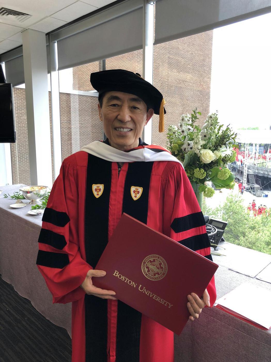 美國波士頓大學授予張藝謀榮譽博士學位。 圖/新華社