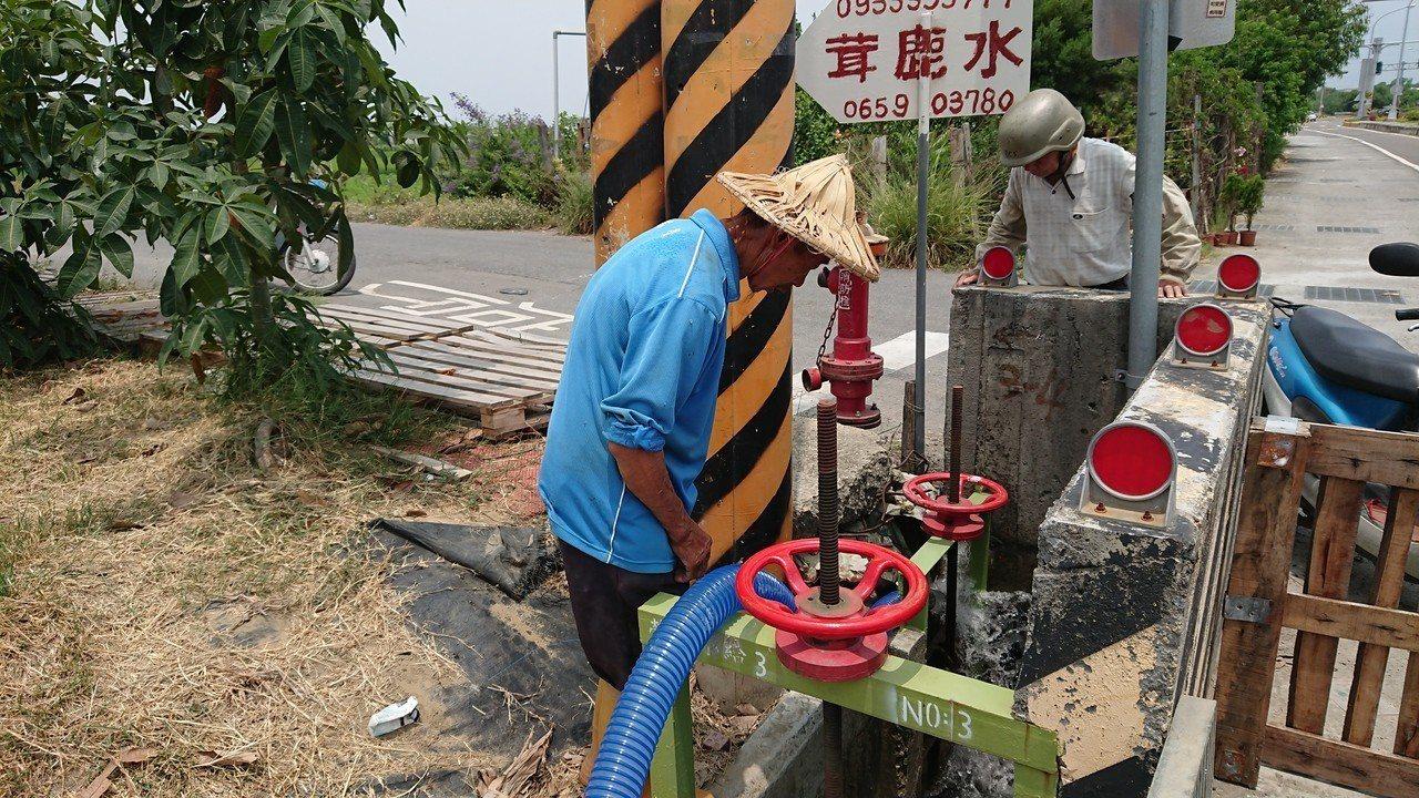 台南地區農民憂心一期稻作無水可灌溉,幾乎一整天守在水門。聯合報系記者吳淑玲/攝影