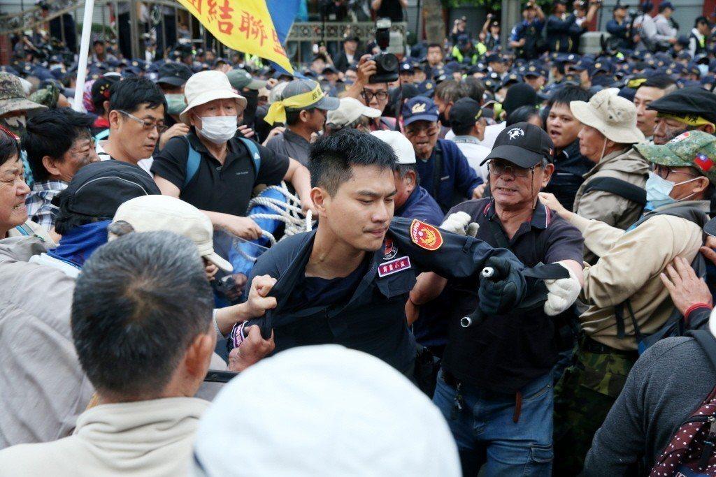 日前立法院就軍人年改舉行公聽會,八百壯士在立法院大門口與警方爆發推擠,衝突中一名警察遭抗議民眾拉扯衣服。。 圖/聯合報系資料照