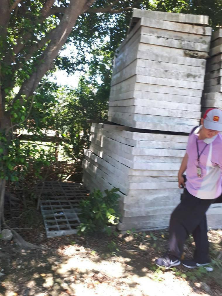台南市登革熱防治中心最近在安南區一處空地,發現在堆置的水泥板、空桶及保麗龍等容器...