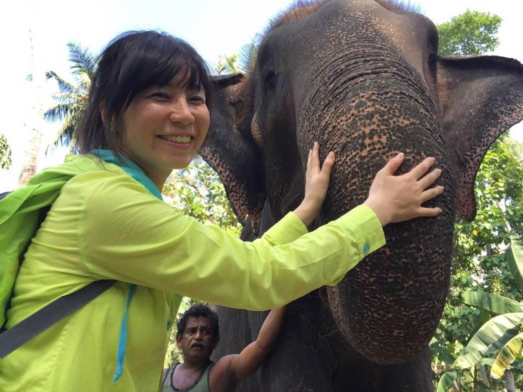 白心儀和亞洲象。圖/東森提供