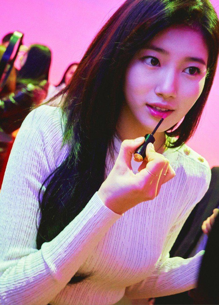 南韓女星秀智展示蘭蔻唇彩絕對完美水唇釉#378。圖/蘭蔻提供