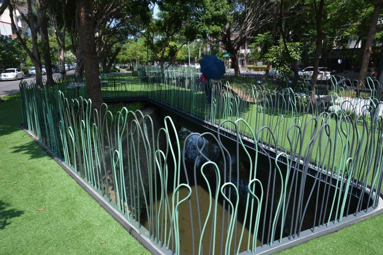 新竹市隆恩圳景觀空間改造工程在圳面興建飄浮平台,平台上鋪上人工草皮與綠欄桿。記者...