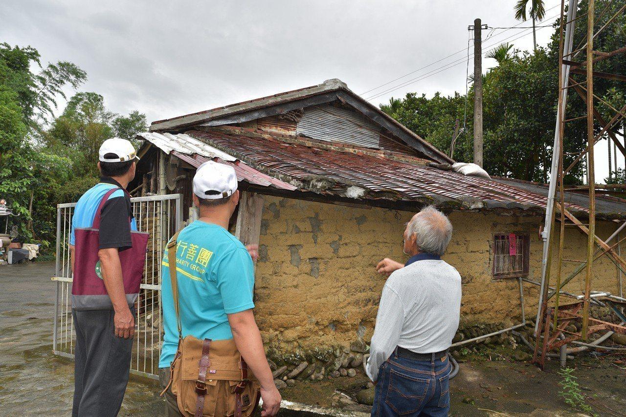 羅阿公(右)住的土角厝 歷經颱風地震,已經破舊不堪。記者王昭月/翻攝