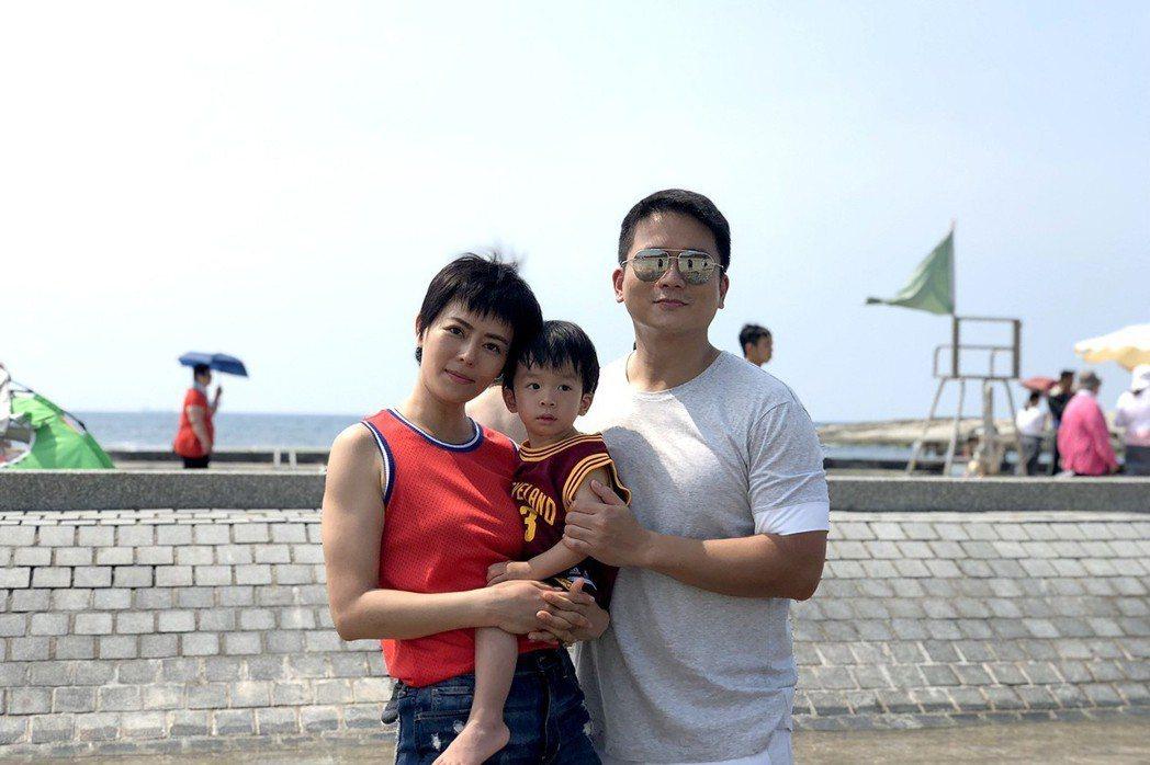 劉香慈(左)錄影,老公兒子陪上工。圖/TVBS提供