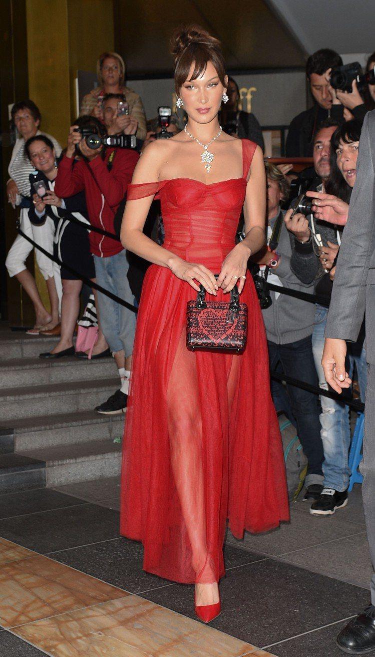 貝拉哈蒂德日前以Dior 2018早秋系列出席坎城影展相關活動。圖/Dior提供