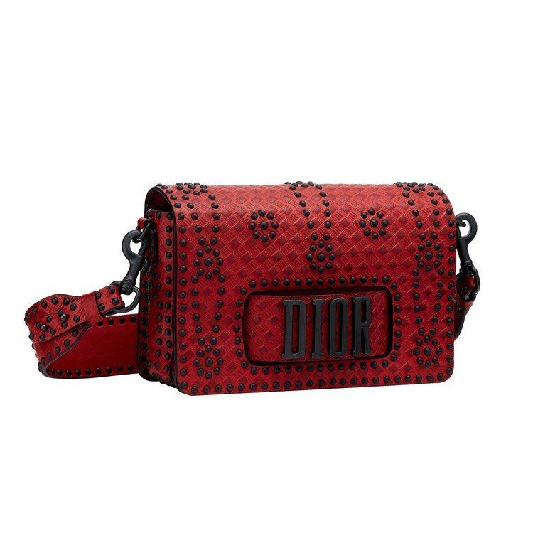 Dio(r)evolution 暗紅色牛皮籐格壓紋花朵釘飾手拿肩背包,售價16萬...