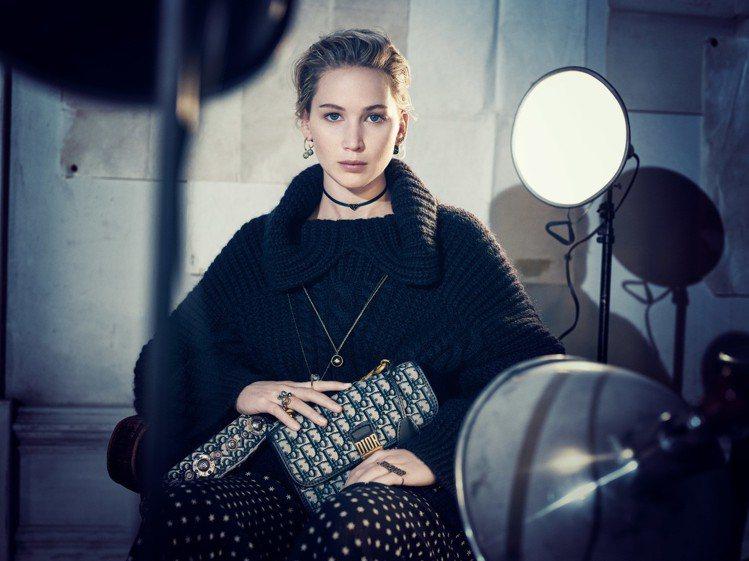 珍妮佛勞倫斯展現了與超現實主義女藝術家克勞德卡恩相似的姿態。圖/Dior提供
