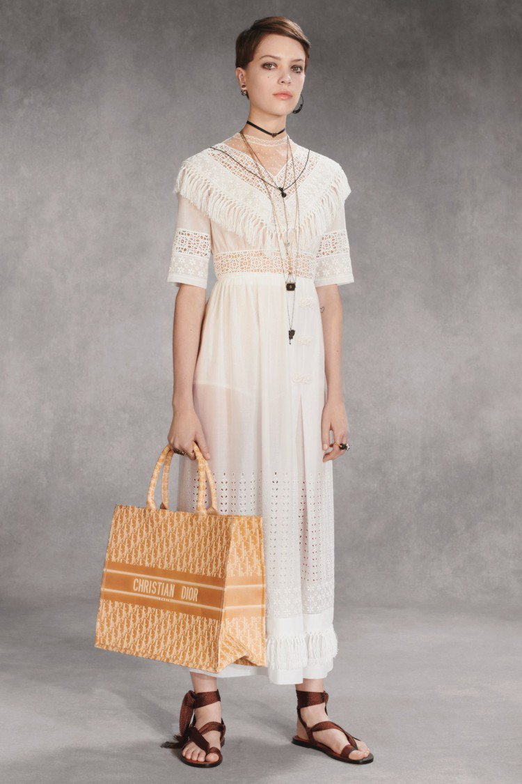 標誌性的Dior線條與剪裁透過淡灰色或霧粉色薄紗洋裝展現。圖/Dior提供