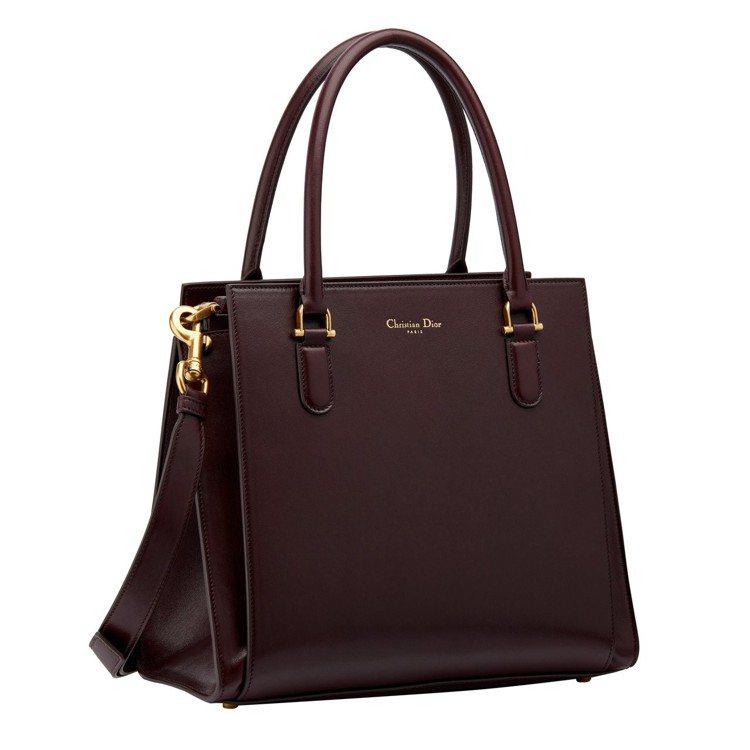 Dior 21st紫紅色亮面小羊皮提包,售價15萬元。圖/Dior提供