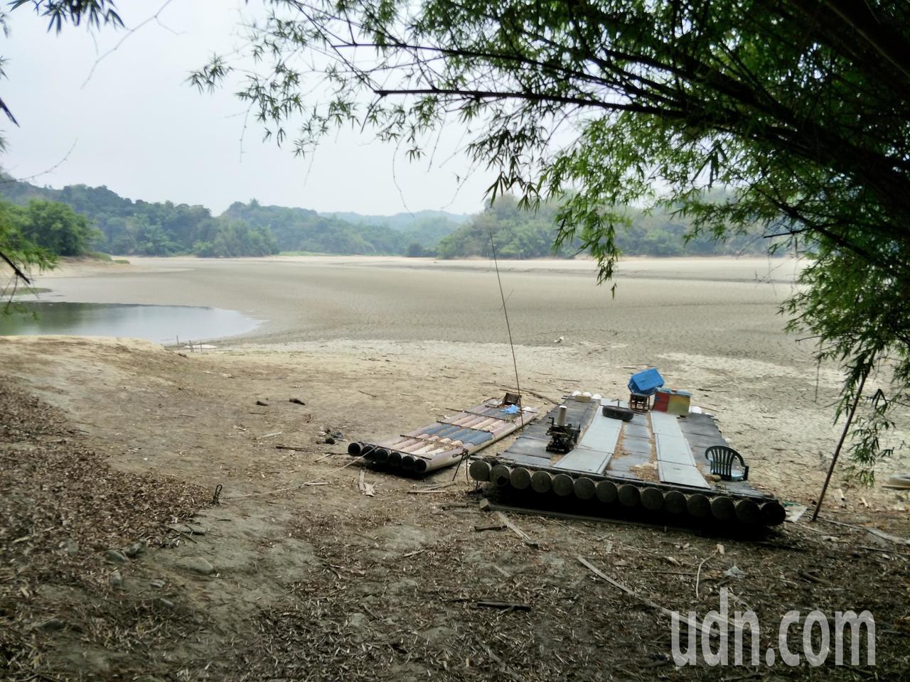 岸邊的管筏乾旱無用武之地。記者謝進盛/攝影