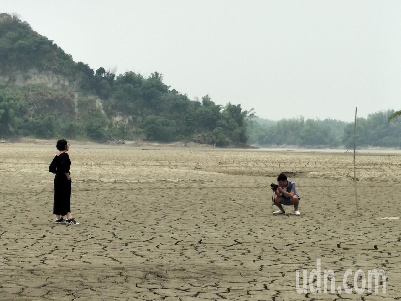 乾涸的庫底奇景,吸引遊客拍照。記者謝進盛/攝影